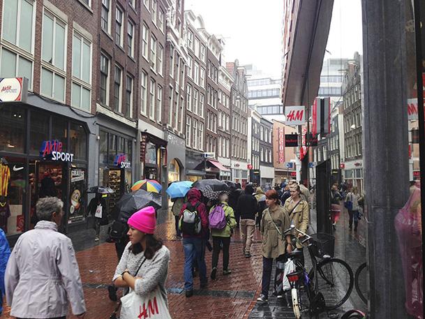 Mesmo quando chovia, havia sempre imensa gente na rua.