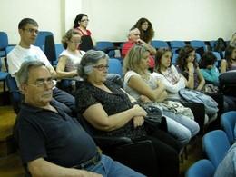 Familiares dos concorrentes. Ao fundo, de vermelho, Drª Sandra Rodrigues, dinamizadora do concurso